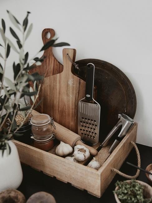 keuken decoratie op het aanrecht met houten snijplank en eucalyptus plant