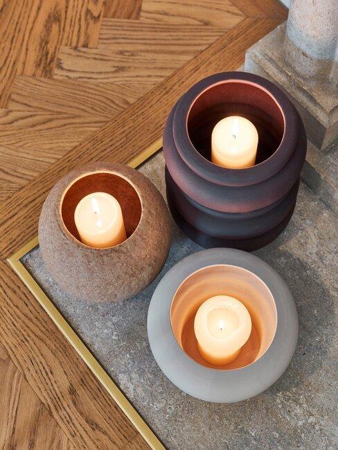 kaarsen op houten vloer
