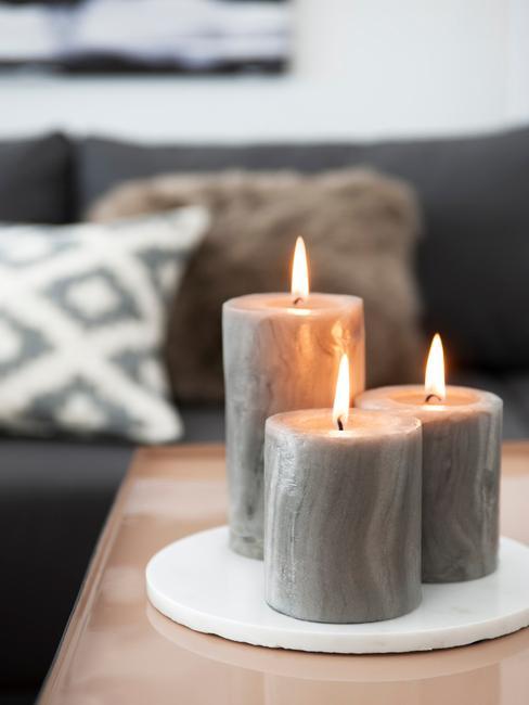Kaarsen op dienblad in moderne woonkamer