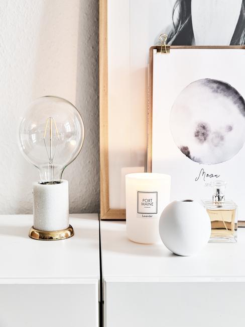 Design tafellamp op dressoir in wit met ingelijste print