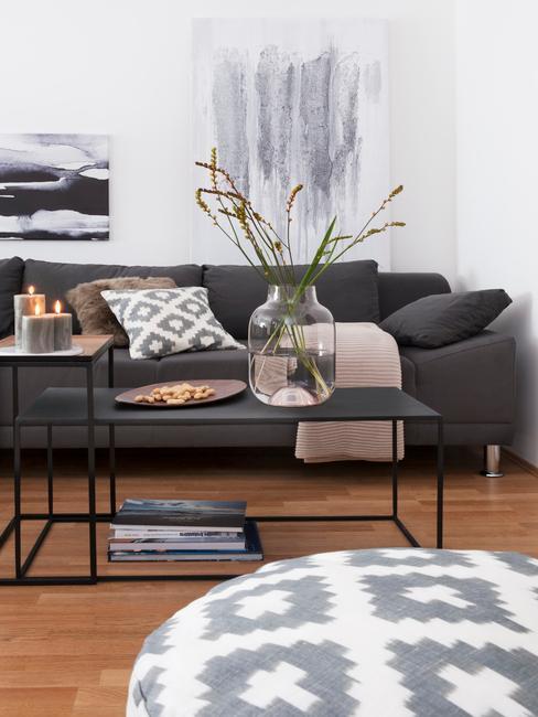 Moderne woonkamer in wit met comfortabele zitbank in grijs en bloemen in vaas
