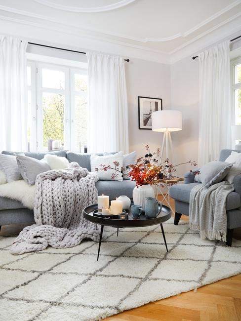 Woonkamer in Scandinavische stijl met comfortabele zitbank en zachte plaid