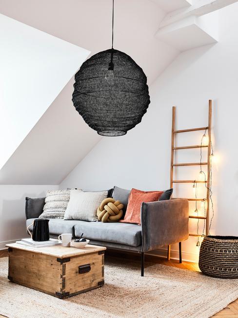 Hanglamp in zwart in woonkamer in Scandinavische stijl