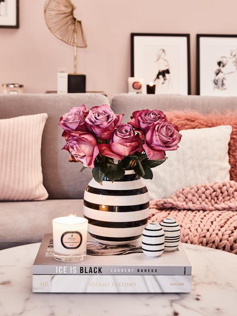 Bloemen in vaas in woonkamer in roze