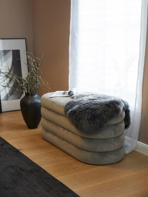 Grijs zitbankje Alto te gebruiken voor de slaapkamer