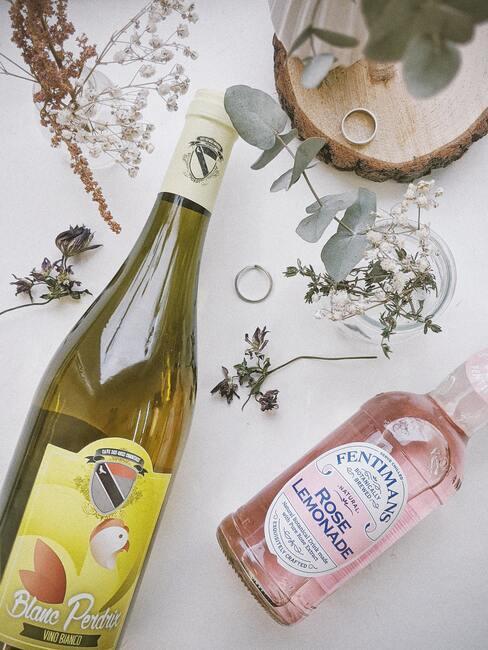 Witte wijn in flessen op een wit tafelkleed