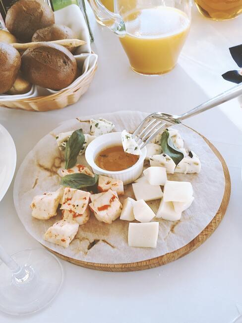 Kaasplankje met verschillende soorten kaas en snacks met saus