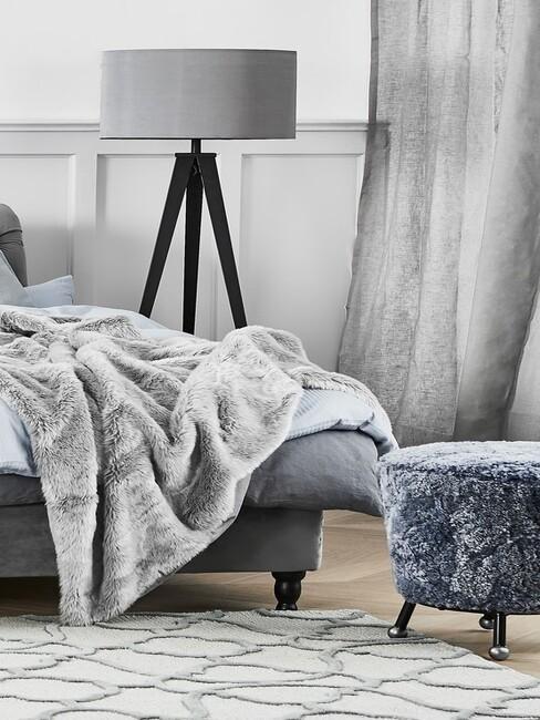 grijze bed en lamp