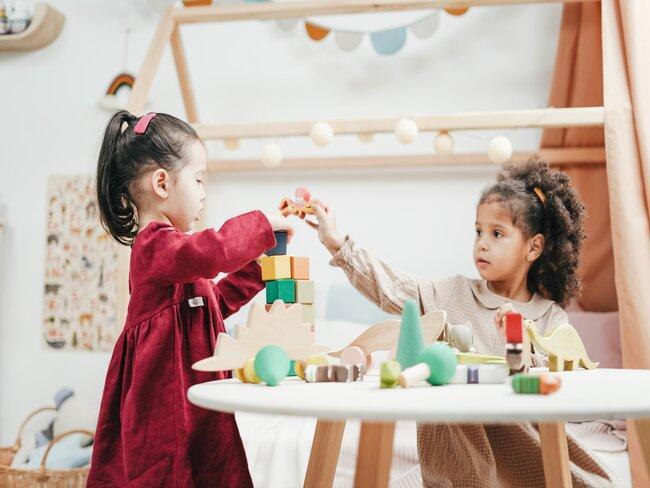 2 meisjes spelen met houten blokken