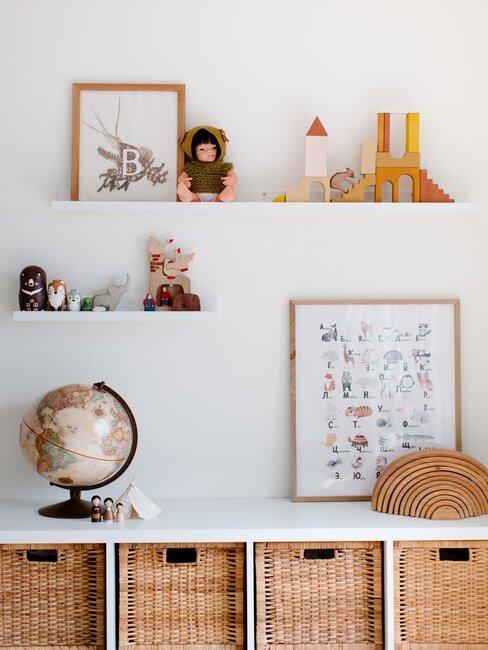 close-up wandplanken in leuterkamer met speelgoed, ingelijste prints en wereldbol