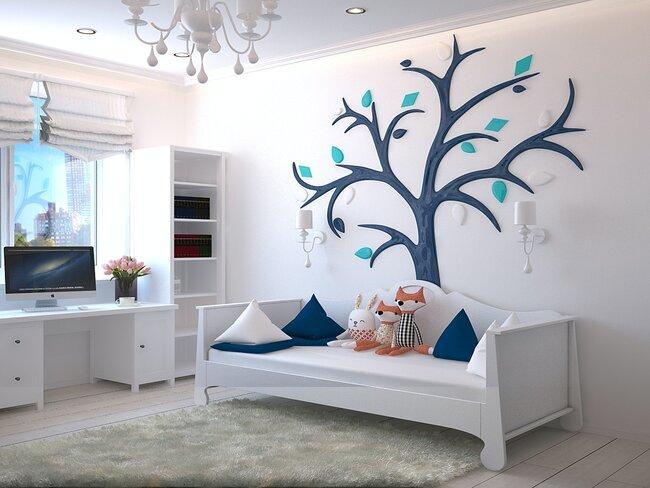 jongens slaapkamer in wit met blauwe accessoires en grijs vloerkleed