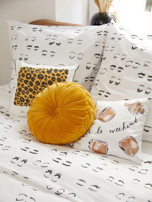 Wit beddengoed met sierkussens in gele tinten