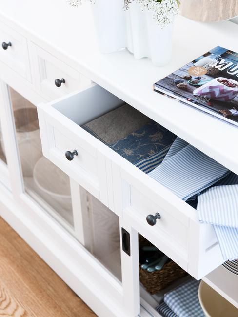 Babykamer jongen: open lades in wit dressoir