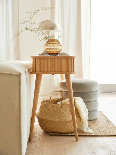 licht houten wandtafel met rieten mand