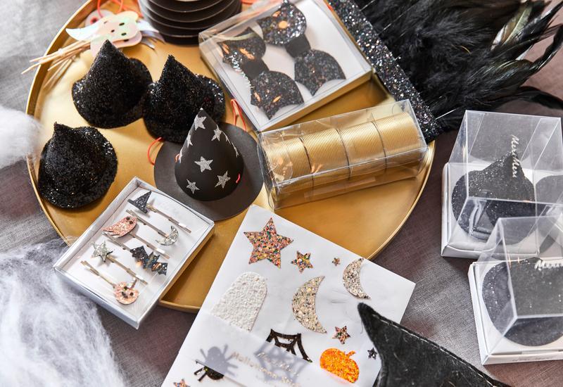 Halloween decoratie op gouden tafel met zwarte accessoires