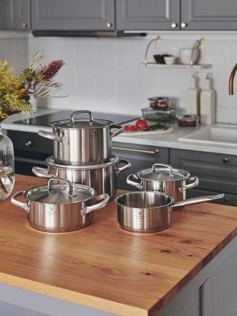 Potten op houten blad in moderne keuken