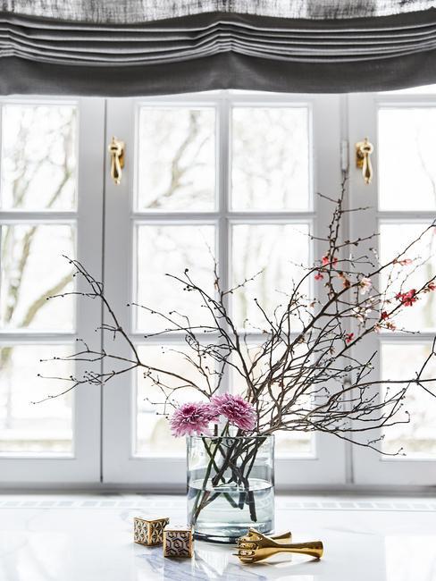 Transparante glazen vaas met bloemen