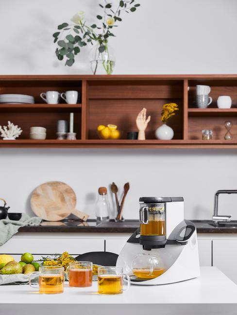 Houten wandplank in witte keuken in moderne stijl