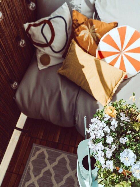 balkon met planten en kussens