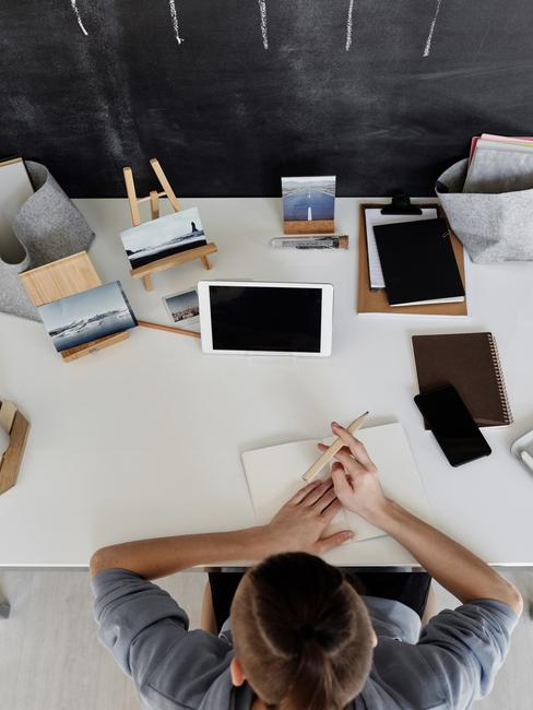 Tienerkamer jongen huiswerk op een wit bureau