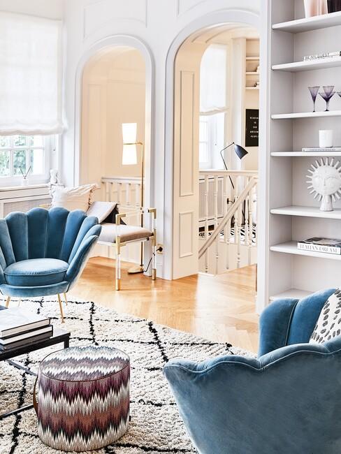 barok-stijl: blauwe stoel in een witte kamer met gouden details