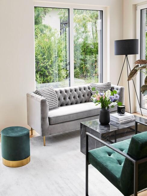 klassiek-interieur: grijze bank met groene stoelen en een groene poef