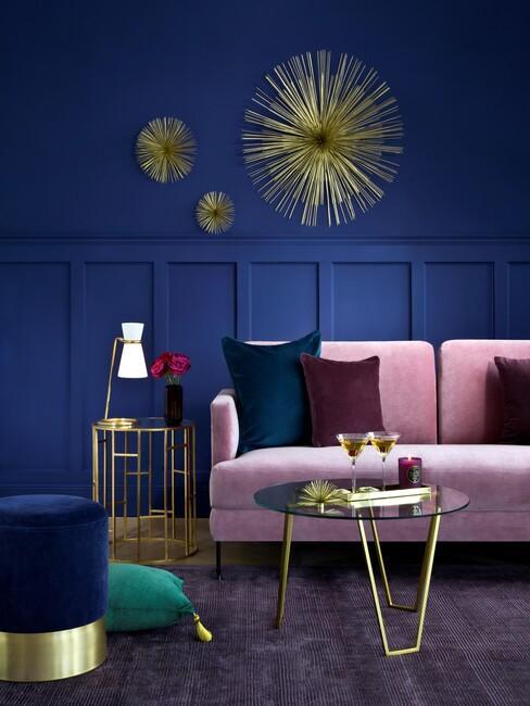 art-deco: donkerblauwe muur met gouden wand decoratie en een roze muur