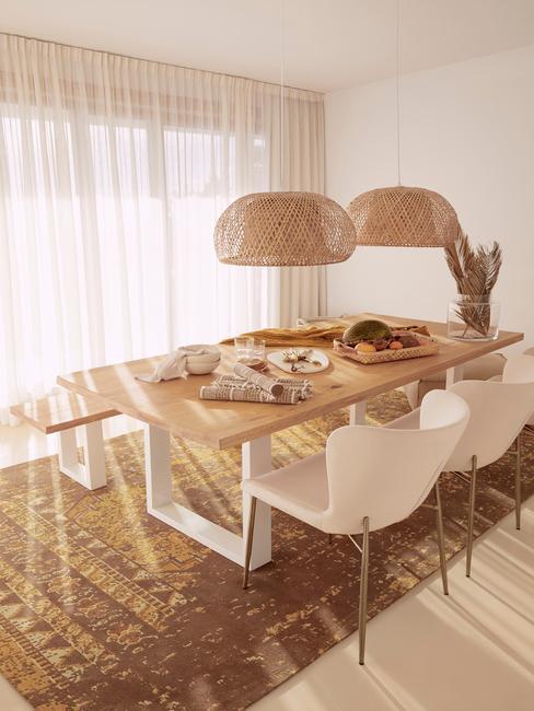 Houten eettafel met witte eetkamerstoelen en witte hanglampen in boho stijl