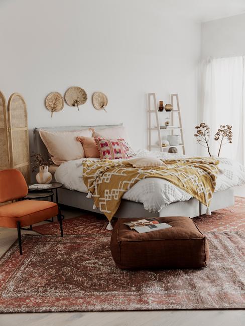 Woonkamer in boho-stijl met rotan decoratie op de muur