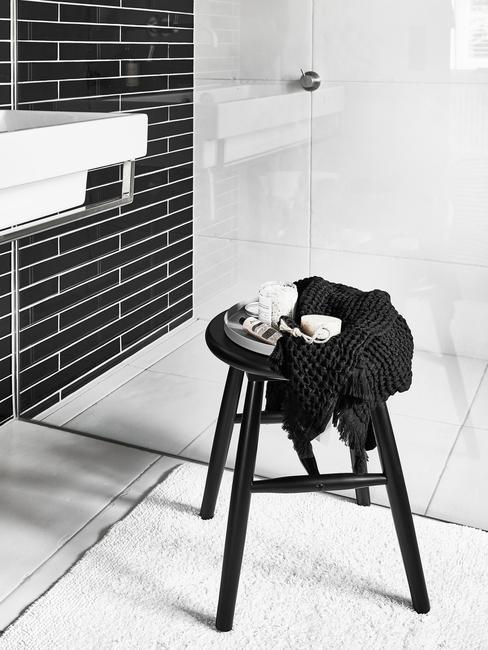 Zwarte kruk in badkamer in moderne stijl