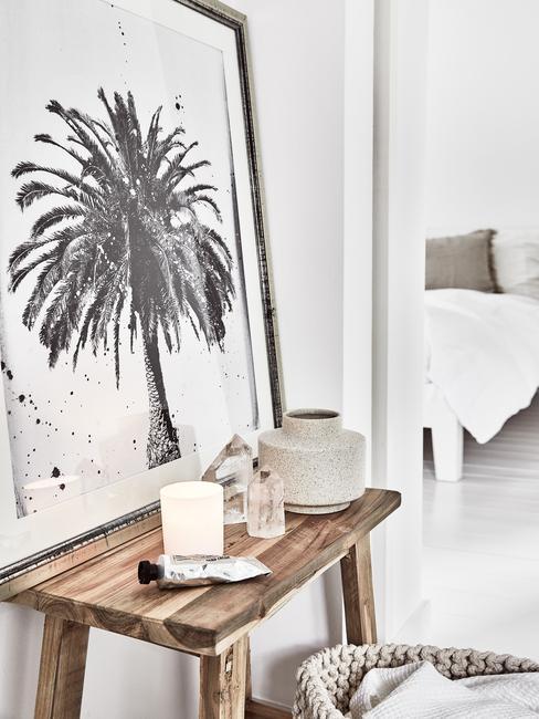 Badkamer decoratie met houten kruk