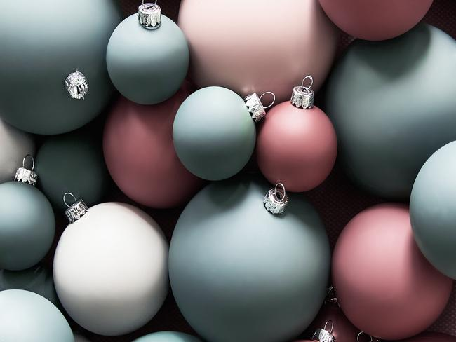 Close-up matte kerstballen in wit, roze en baluw