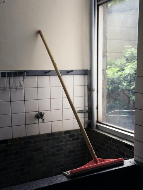 Ramen reinigen in de badkamer