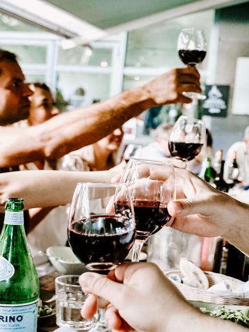 Rode wijnglazen op eettafel