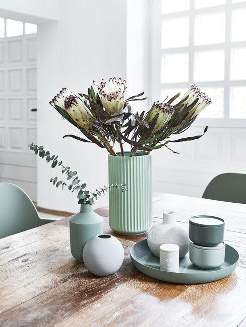houten tafel met mintgroene vaas