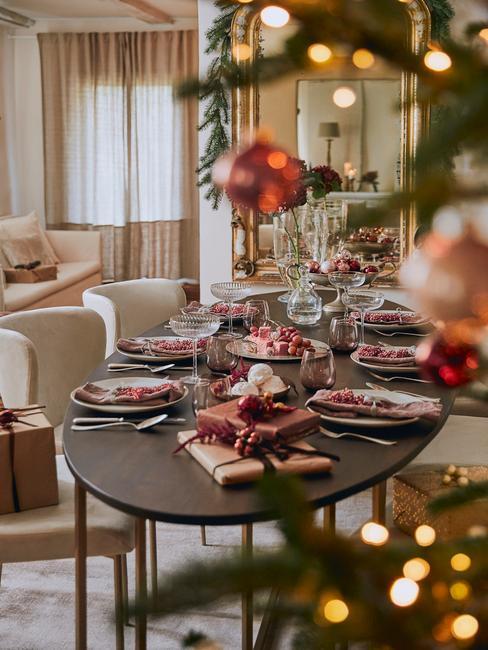 Rode kerstballen bij eettafel kerst