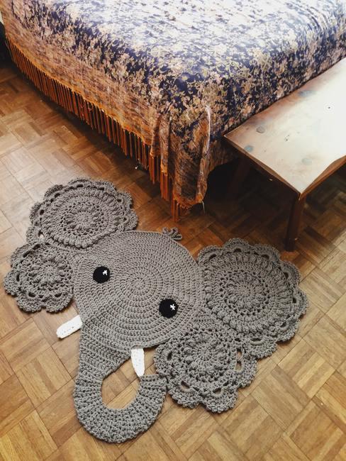 Decoratief vloerkleed naast het bed