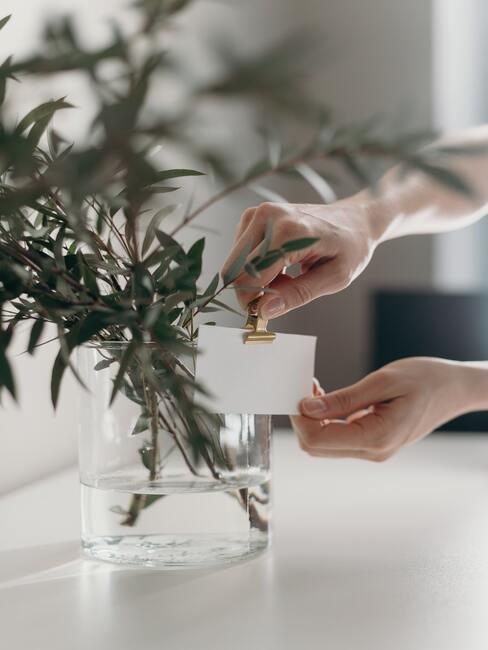 Naamkaartjes in een vaas met bloemen met een clip in goud kleur