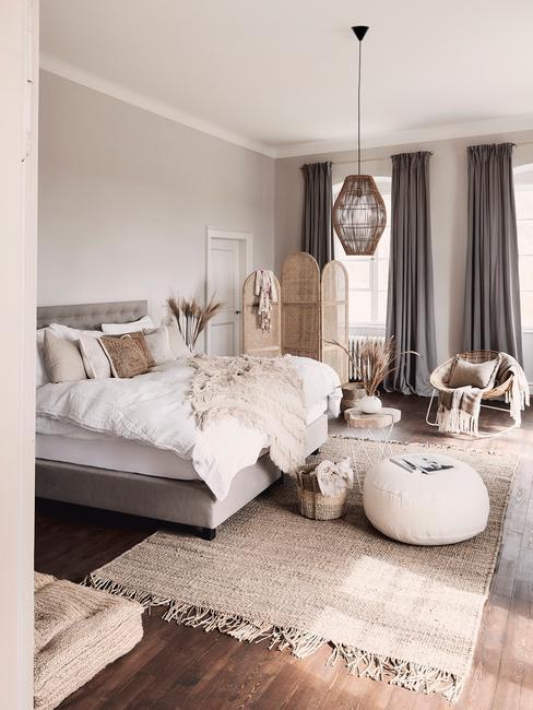 Slaapkamer in beige met groot bed met witte bedlinnen