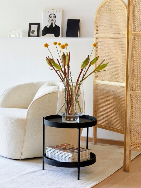 pampasgras in vaas op een zwarte bijzettafel