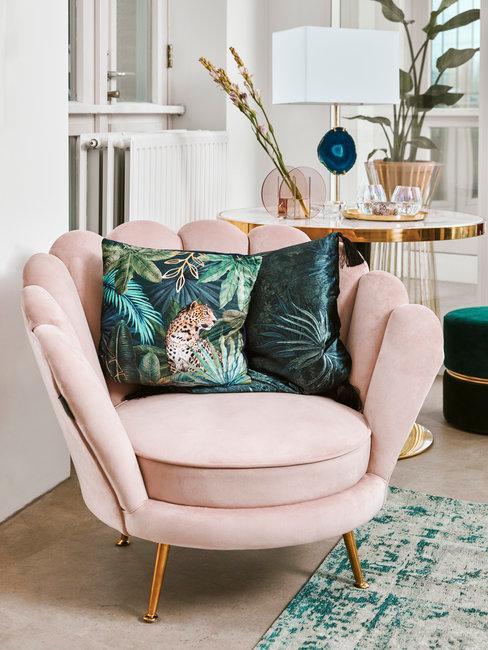 Lente decoratie roze fauteuil met groene kussens