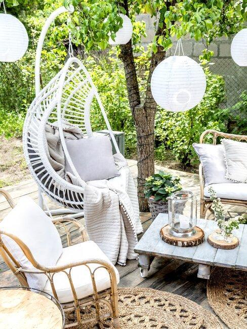 witte hangstoel met een bijzettafel