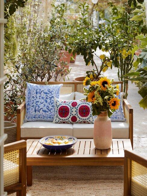 tuin met houten salontafel en bank