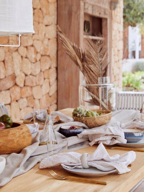 houten tafel met servies
