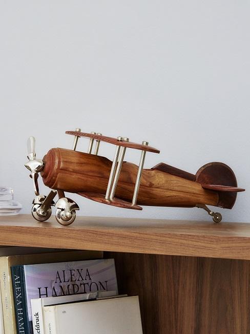 Houten cadeau vliegtuig op houten kast