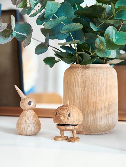 wee houten poppetjes en houten vaas