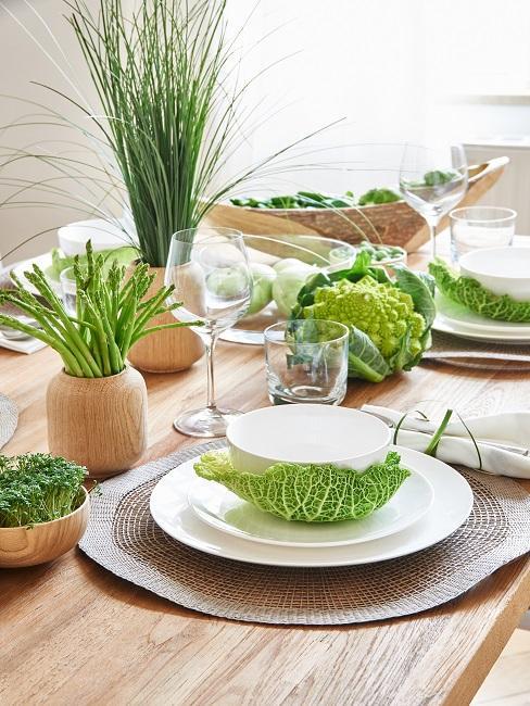 houten tafel met servies en planten