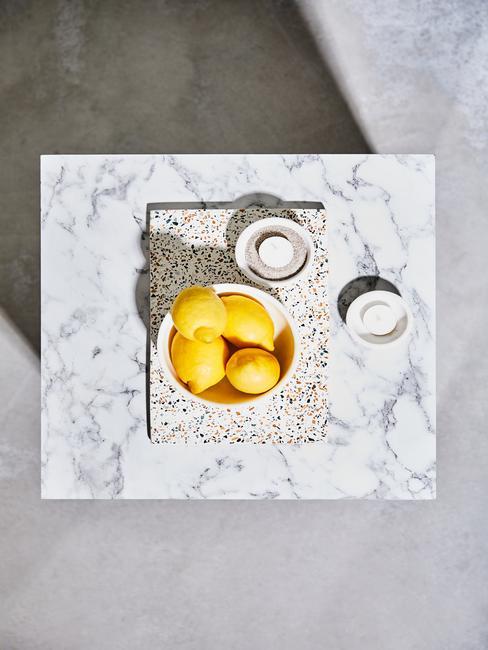 Witte salontafel met schalen en dienblad