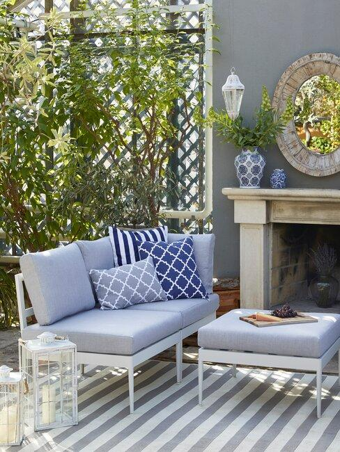 tuinset met witte bank en blauwe kussens