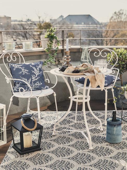 tuinlantaarn op balkon met tuinset